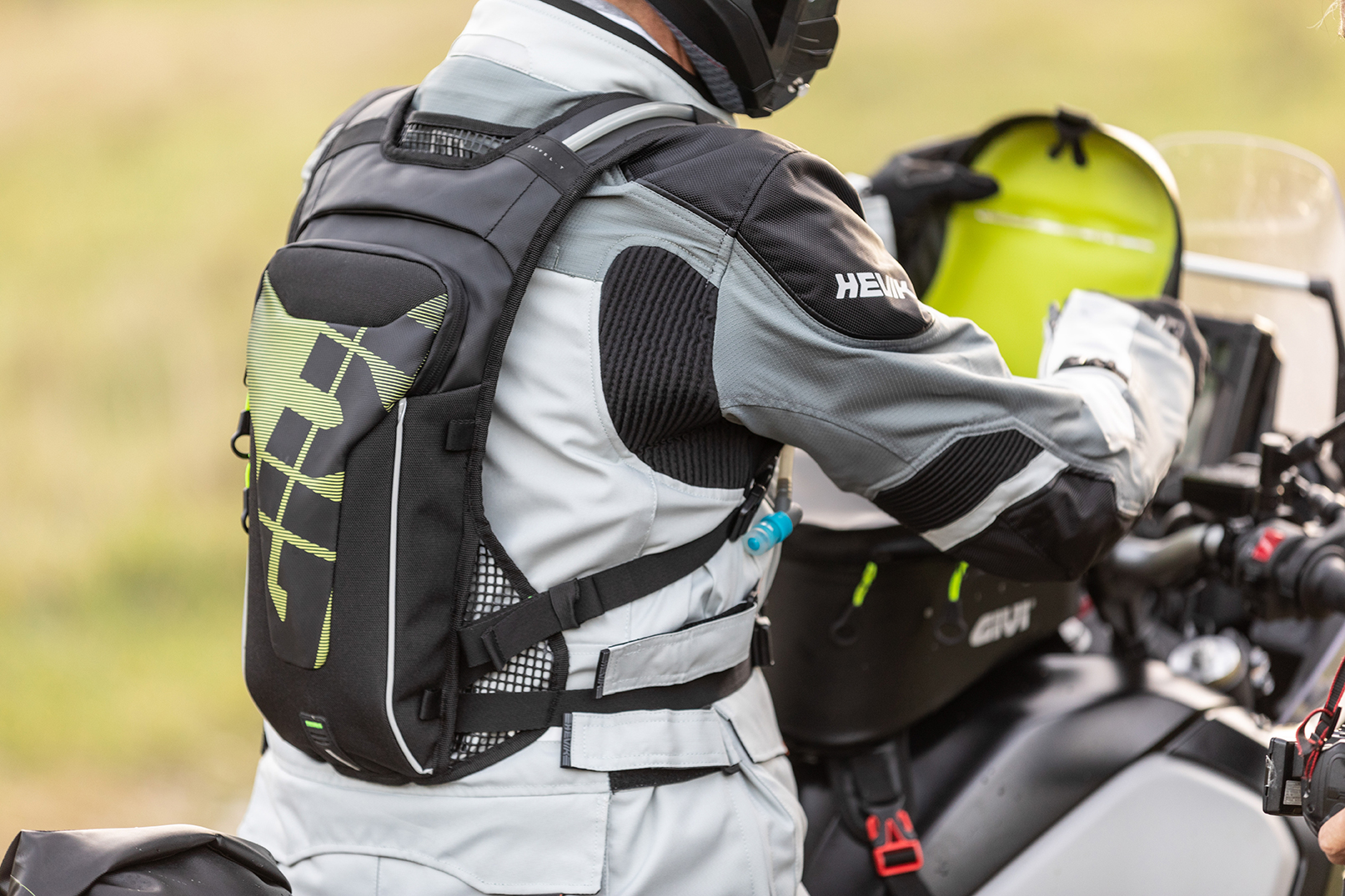 TO+ALL+OF+THE+OFF-ROAD+ENTHUSIASTS%2C+GIVI+PRESENTS+THE+NEW+GRT719%2C+A+RUCKSACK+WITH+AN+INTEGRATED+WATER+BAG%2C+AND+THE+HYDRAPAK+ELITE+T523+BAG%21
